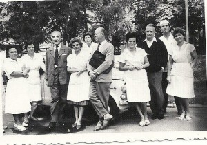 Prof.Eugen-Abureldirector-al-spitalului-1952-1969-inconjurat-de-colegi-medici-la-mijlocul-anilor-1960.
