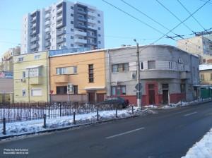 Front de clădiri vechi pe str. Învingătorilor la colțul cu Delea Nouă